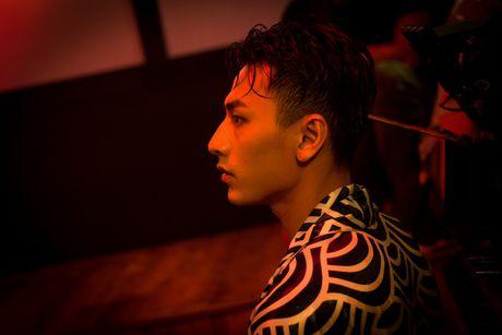 Isaac hoa chang trai noi loan trong MV Get down - Anh 2