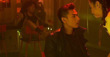 Isaac hoa chang trai noi loan trong MV Get down - Anh 3
