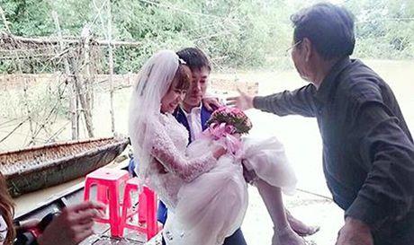Hinh anh chu re don co dau tren nuoc lu 'don tim' cu dan mang - Anh 1