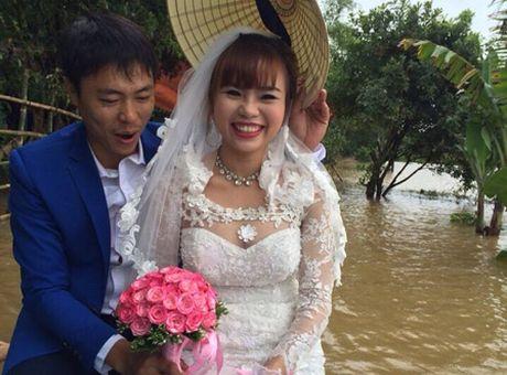 Hinh anh chu re don co dau tren nuoc lu 'don tim' cu dan mang - Anh 3