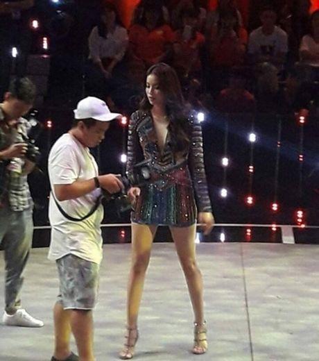 'Lat tay' nhan sac that cua Pham Huong khi bi fan chup len - Anh 3
