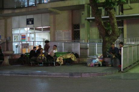 Nguoi dan co ro o benh vien Ha Noi trong cai lanh dau mua - Anh 2