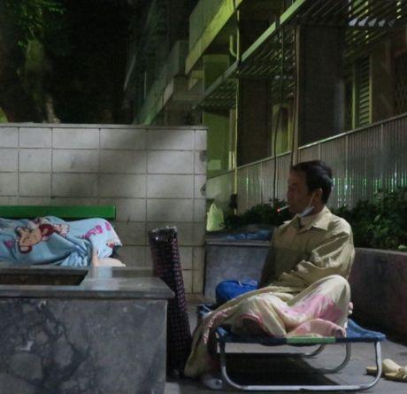 Nguoi dan co ro o benh vien Ha Noi trong cai lanh dau mua - Anh 6