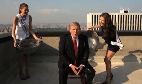 Clip ong Donald Trump bi 2 hoa hau doi nuoc da len dau, mua 2 dua tre vi ban - Anh 3