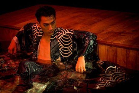 Isaac 'dien, doc, la' trong MV danh dau chang duong solo sau khi roi 365 - Anh 2