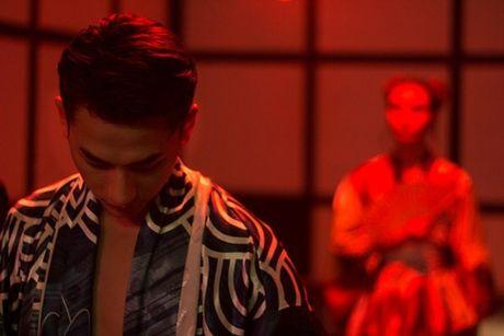 Isaac 'dien, doc, la' trong MV danh dau chang duong solo sau khi roi 365 - Anh 3