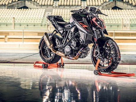 Lo anh chinh thuc KTM Duke 390 va 1290 Super Duke R 2017 - Anh 3