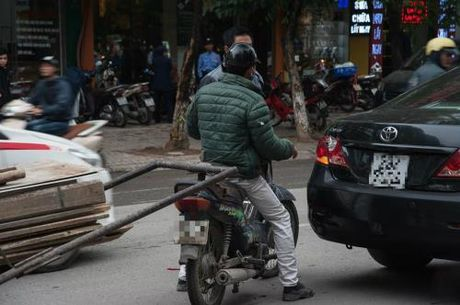 Hanh dong bat ngo cua tai xe xe Camry voi nam thanh nien di xe may - Anh 2