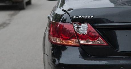 Hanh dong bat ngo cua tai xe xe Camry voi nam thanh nien di xe may - Anh 3