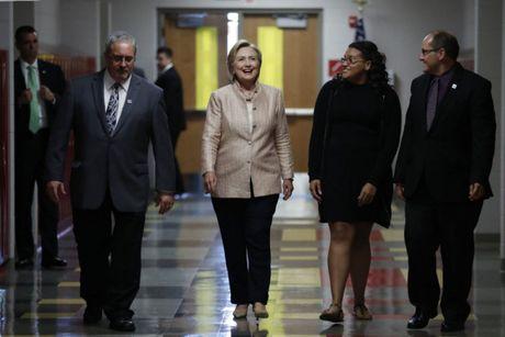Bat ngo voi y nghia dang sau mau tim tren trang phuc Hillary Clinton trong bai phat bieu sau cung - Anh 3