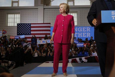 Bat ngo voi y nghia dang sau mau tim tren trang phuc Hillary Clinton trong bai phat bieu sau cung - Anh 4