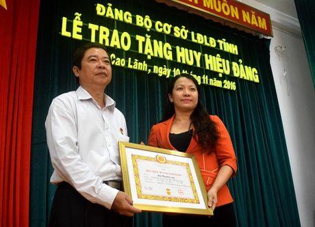 LDLD Dong Thap: Giam doc Nha van hoa Lao Dong nhan Huy hieu 30 tuoi Dang - Anh 1