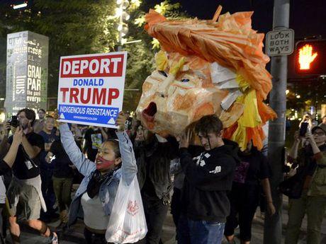 Bieu tinh chong Trump them cang thang - Anh 3