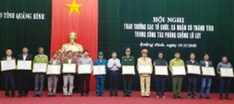 Quang Binh trao thuong cac tap the, ca nhan xuat sac trong phong chong lu lut - Anh 1