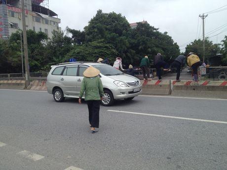 Dan xep gach da chan duong di Noi Bai vi khong co cau vuot - Anh 2