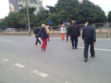 Dan xep gach da chan duong di Noi Bai vi khong co cau vuot - Anh 5