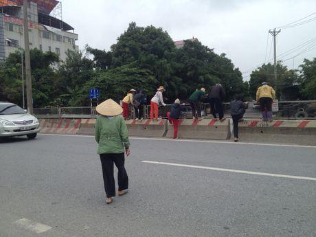 Dan xep gach da chan duong di Noi Bai vi khong co cau vuot - Anh 6
