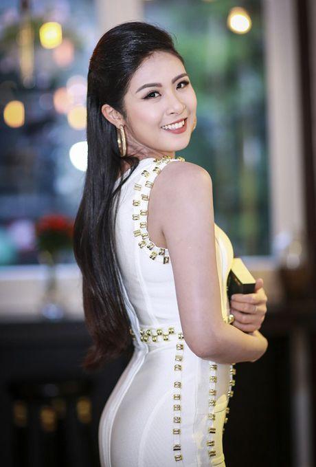 HH Ngoc Han tha dang voi ao vay om sat goi cam - Anh 1