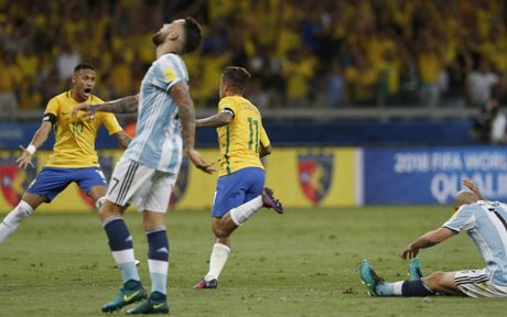 Messi mo nhat, Brazil huy diet Argentina - Anh 2