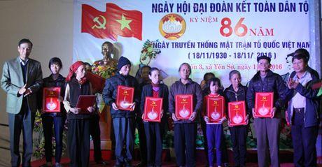 Pho Bi thu Thanh uy Dao Duc Toan chung vui ngay hoi doan ket cung ba con thon 3 xa Yen So, huyen Hoai Duc - Anh 1