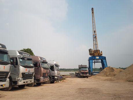 Xe trong tai lon tung hoanh tren de Kenh Vang: Huyen noi 'khong', Thanh tra giao thong bao 'co' - Anh 1