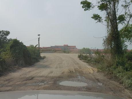 Xe trong tai lon tung hoanh tren de Kenh Vang: Huyen noi 'khong', Thanh tra giao thong bao 'co' - Anh 2