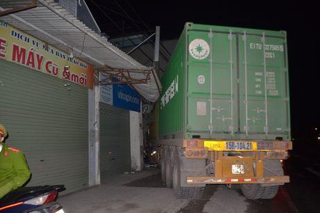 Xe container dam sap nha dan, 3 nguoi thoat chet - Anh 3