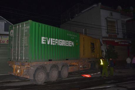 Xe container dam sap nha dan, 3 nguoi thoat chet - Anh 9