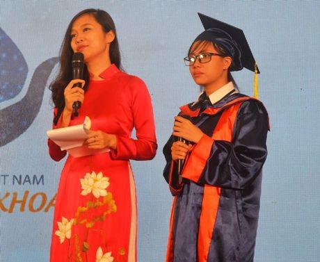 Xuc dong nguoi me thu khoa dua con den nhan hoc bong - Anh 2