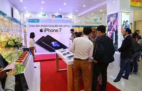 Gia iPhone 7 va 7 Plus xach tay giam sau, chenh cao voi chinh hang - Anh 1