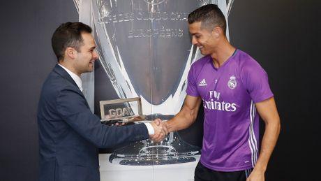 Ronaldo gianh giai 'Cau thu xuat sac nhat 2016', Messi dung thu 4 - Anh 2