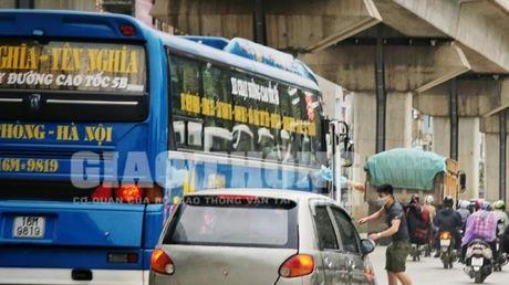 """Xe du, ben coc"" bua vay ben xe Yen Nghia: Lo dien ""ke"" tong pham - Anh 5"