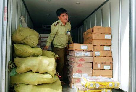 Quang Nam bat giu xe tai cho luong lon hang hoa khong co hoa don chung tu - Anh 1