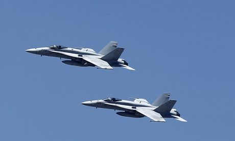 Hai tiem kich F-18 My va cham tren Thai Binh Duong - Anh 2