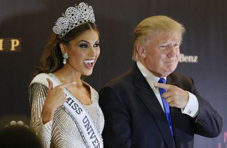 Khoanh khac Donald Trump vui dua ben cac hoa hau - Anh 3