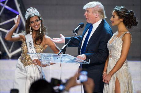 Khoanh khac Donald Trump vui dua ben cac hoa hau - Anh 7