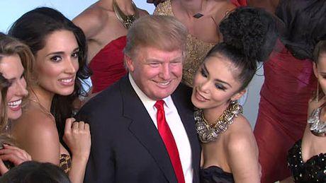 Khoanh khac Donald Trump vui dua ben cac hoa hau - Anh 8