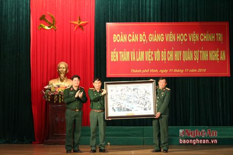 Doan cong tac Hoc vien Chinh tri tham, lam viec tai Bo CHQS tinh Nghe An - Anh 1