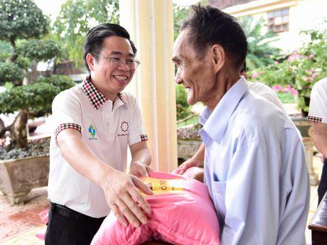 Nguoi dan vung lu mien Trung vui mung khi nhan qua - Anh 2