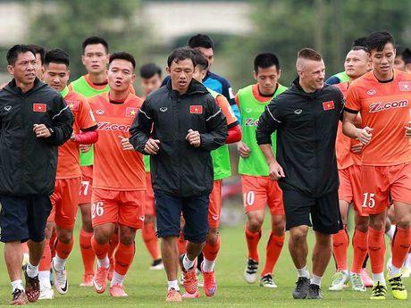 HLV Huu Thang sap loai 4 cau thu - Anh 1