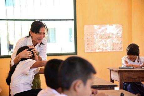 Nguoi mang 'anh sang tri tue' den voi hoc sinh mu Campuchia - Anh 1