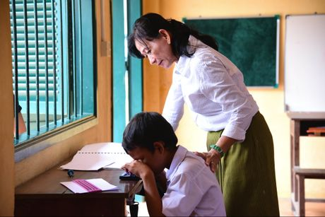 Nguoi mang 'anh sang tri tue' den voi hoc sinh mu Campuchia - Anh 2