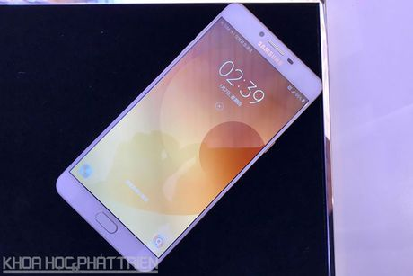 Tren tay smartphone RAM 6 GB, camera selfie 16 MP cua Samsung - Anh 20