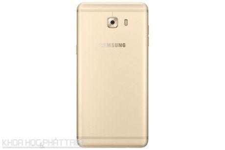 Tren tay smartphone RAM 6 GB, camera selfie 16 MP cua Samsung - Anh 21