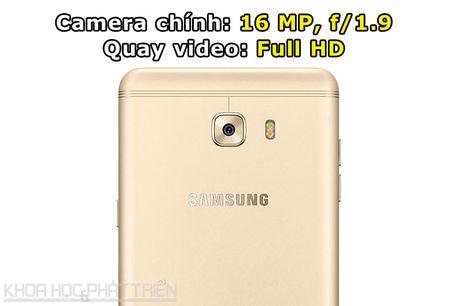 Tren tay smartphone RAM 6 GB, camera selfie 16 MP cua Samsung - Anh 6