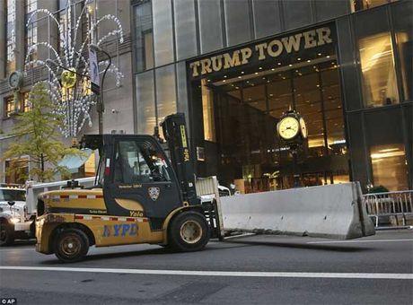 An ninh day dac bao trum thap Trump - Anh 2
