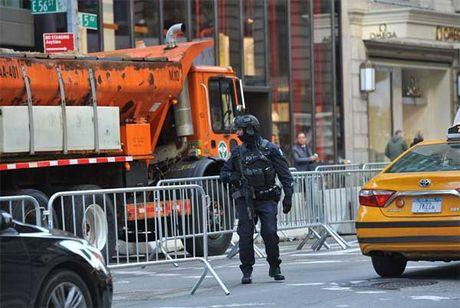 An ninh day dac bao trum thap Trump - Anh 7