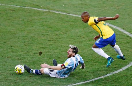 [Anh]: Messi bat luc trong tham bai cua Argentina - Anh 3