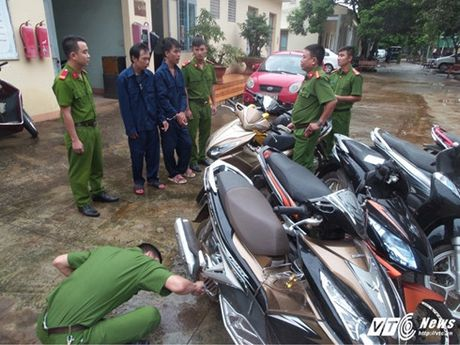 Hai anh em ruot trom hang loat xe may o Dak Lak - Anh 1