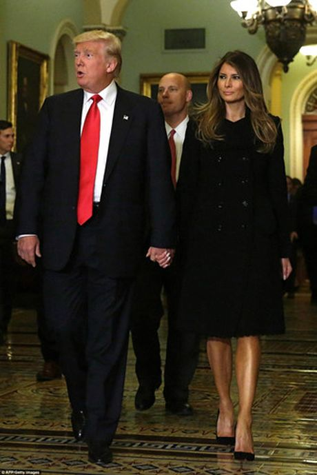 Chum anh: Ong Trump va phu nhan tay trong tay tham toa nha Quoc hoi My - Anh 1